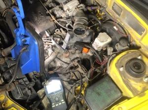 Motorutrymme Hyundai Accent luftfilterhus bortplockat.