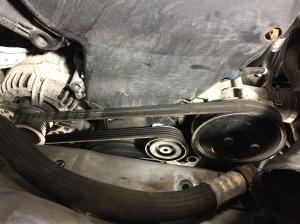 Bild 4 Motorfästet bortmonterat och fri tillgång till hjälpaggregatsremmen