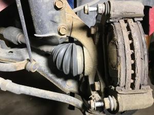 Fästbygel på Hyundai i30, notera blecket på baksidan av den vänstra bromsklossen.